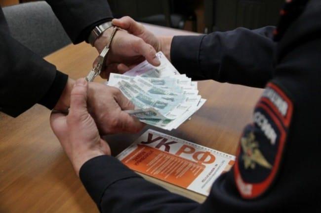 Московский  полицейский отказался от взятки в рублях и валюте