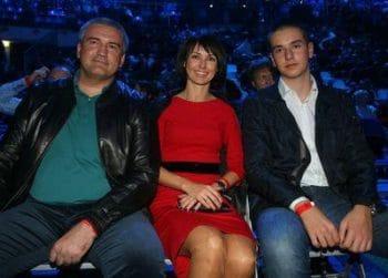 Сергей Аксенов (слева) с женой Еленой и сыном Олегом